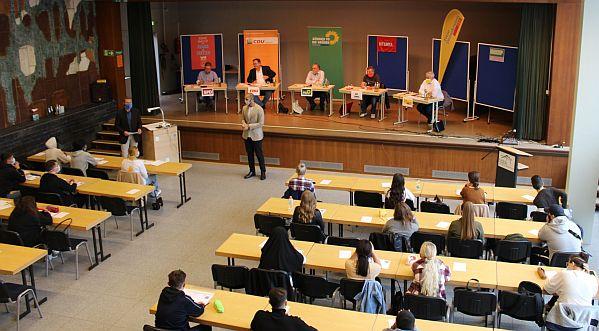 Bild zu: Politiker treffen Erstwähler/innen am Hans-Böckler-Berufskolleg