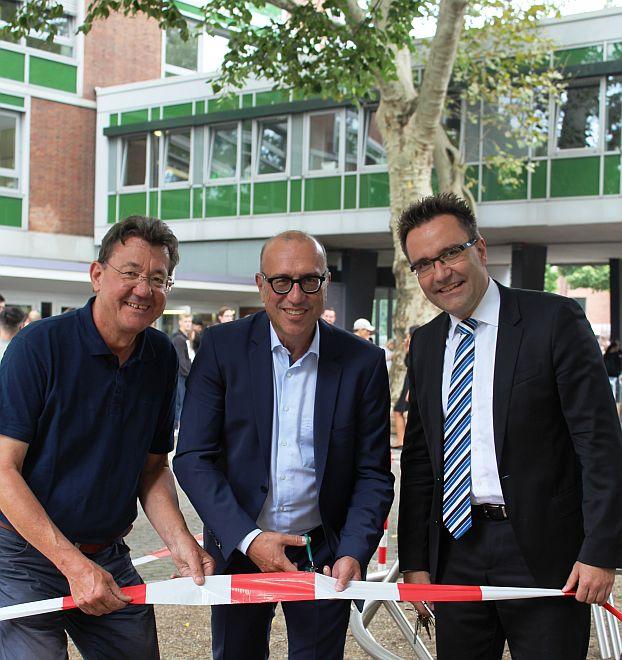 Bild zu: Neuer Schulvorplatz eingeweiht!